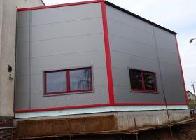 skladová hala JINOVA s.r.o. s červeným opláštěním