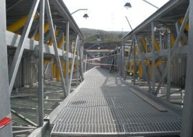 chodník montované ocelové haly UNITED ENERGY, a.s.