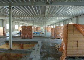 průběh stavby příček v montované administrativní budově