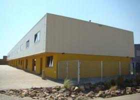 barevné oplášetění administrativní montované budovy