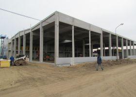 průběh stavby montované skladové haly