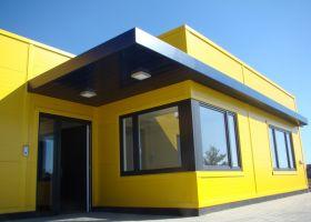 barevné opláštění montované administrativní budovy