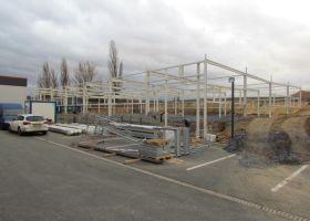 konstrukce rozestavěné skladové montované haly