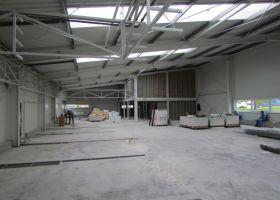 světlík ve výrobní hale s administrativní budovou ve Světlé nad Sázavou