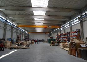 interiér železobetonové skladové haly