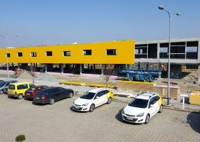 parkoviště u betonové haly administativní budovy v Moravanech u Brna