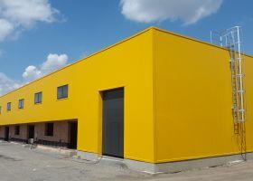 barevné pláštění betonové haly