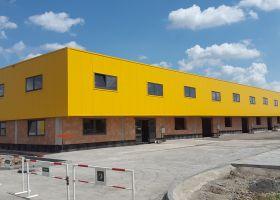 2. patro u betonové administrativní budovy, barevné opláštění